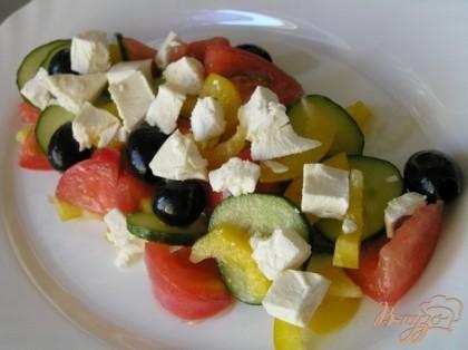 Разложить по тарелкам, посыпать раскрошенным сыром фета.