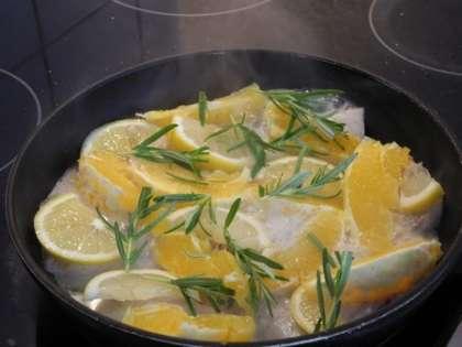 Добавить апельсин, лимон и розмарин