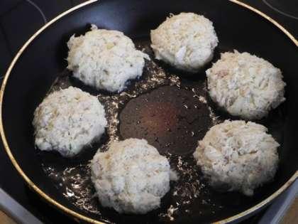 На сковороду налить масло и выложить  сформированные котлетки