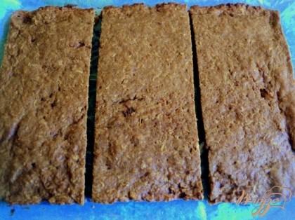 Готовый корж охладить и разрезать на три равные части.
