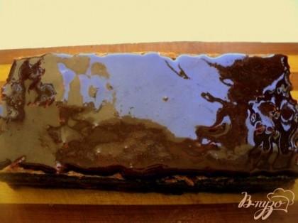 Сверху залить шоколадной помадкой, сваренной из какао, сахара, воды и растительного масла. Поставить в холодильник на 2 часа для пропитки и охлаждения. Затем разрезать пласт на пирожные, получается 10 штук.