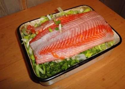 Выложить филе, на него выложить зелень, морковь и перец. Посолить и поперчить. Закрыть оставшейся частью филе