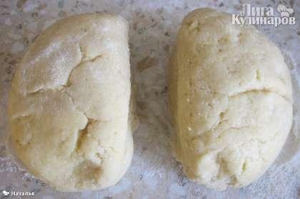 Достаем тесто из холодильника, делим на 2 равные части