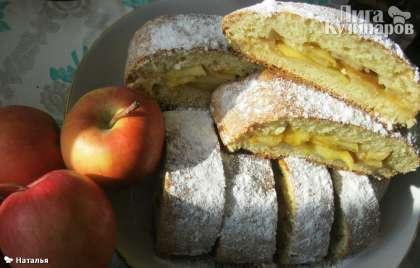 Готовый творожный рулет с яблоками посыпать  сахарной пудрой и подавать к чаю! Приятного аппетита!