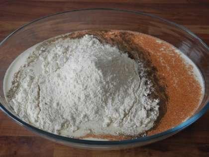 В глубокой миске смешать сливки, молоко, яйцо, муку, соль, черный и красный перец