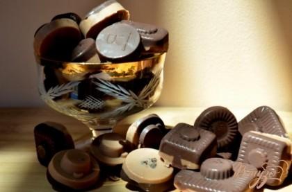 Готово! Растопим белый шоколад,я делала в той же емкости ,что темный шоколад поэтому он у меня потемнел слегка . Выложим поверх начинки ложкой. И поставим в холодильник на час или на ночь. И угощаемся .