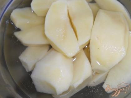 Картофель очистить и нарезать произвольно.