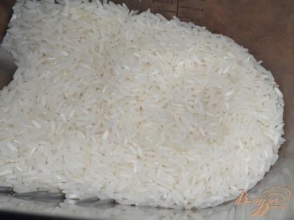 Рис промыть, тем временем нагреть 2 л воды, добавить к ней картофель, перец болгарский порезанный кубиком, лук целиком очищенный, солим по вкусу, затем добавляем рис и лавровый лист и варим до готовности картофеля.