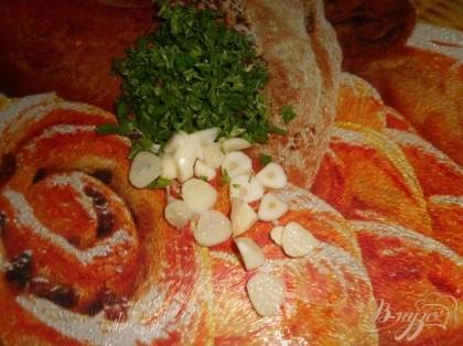 Нарезать зелень и чеснок, отключить суп и добавить зелень с чесноком, накрыть крышкой и дать настоятся 5 - 10 минут.