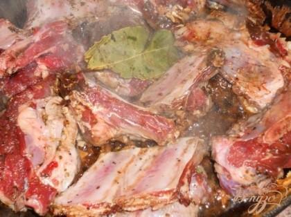 Выкладываем на хорошо разогретую сковороду вместе с заправкой, можно добавить лавровый лист, обжариваем с двух сторон.