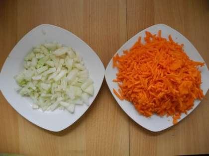 Нарезать лук и натереть морковь