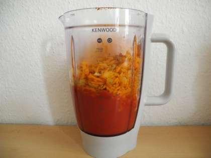 Смешать в блэндере консервированные помидоры и жареные лук с морковью до однородной овощной смеси