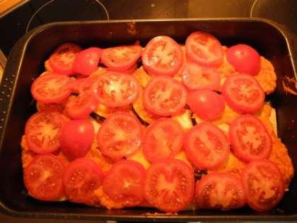 Выложить сверху слой помидор