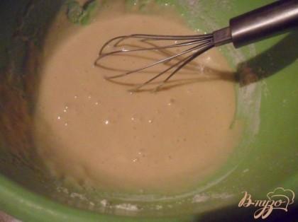 Просеянную муку смешать с разрыхлителем и ввести небольшими порциями к яичной массе. Аккуратно вымесить, чтобы не было комков.