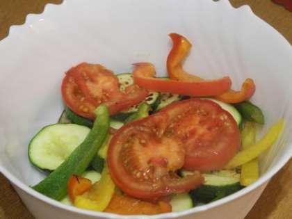 Сложить перцы с помидорами в салатницу