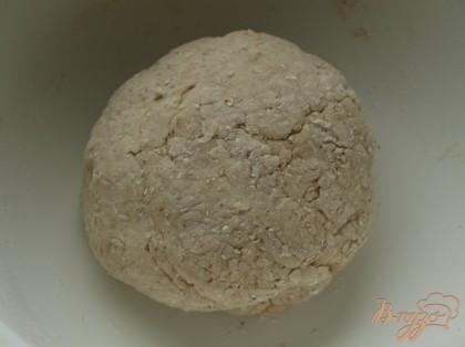 В тёплую воду добавляем кленовый сироп,2 ст.л. растопленного сливочного масла,добавляем всё к сухим ингредиентам и замешиваем тесто постепенно подсыпая муку.Перекладываем в миску для подхода на 1 час.