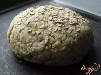 Затем тесто обминаем,формируем хлеб,выкладываем на противень,смазываем верх растопленным сливочным маслом и посыпаем овсяными хлопьями.Оставляем ещё на 1 час.Разогреваем духовку до 220 градусов,ставим хлеб и снижаем сразу температуру до 180 градусов.