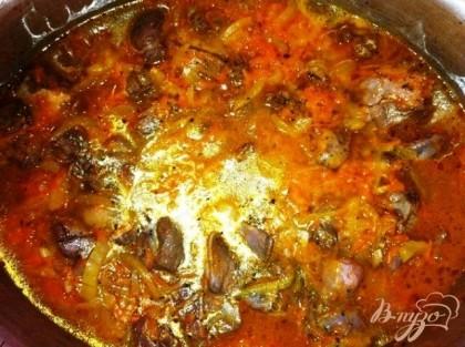 Добавляем мясо и заливаем небольшим количеством воды, чтобы мясо и овощи были покрыты, добавляем специи. Тушим около часа.