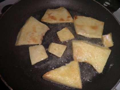 Обвалять кусочки тыквы в муке, посолить и обжарить на сковороде