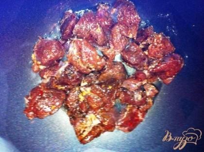 Обжариваем мясо на сковороде без масла и жира, чтобы было толстое дно. Должна получиться золотистая корочка.