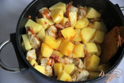 Добавить картофель, порезанный кубиками, жарить ещё 5-6 минут, периодически помешивая.