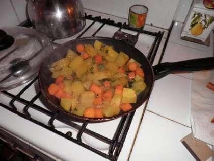 Овощи потушить на сковородке на среднем огне (15 мин.)
