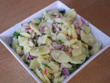 К картофелю добавить редис, лук и бульон, аккуратно перемешать