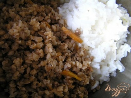 Рис и гречку перемешать с водой,