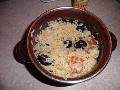 Смешать рис с курагой, черносливом, специями и маслом