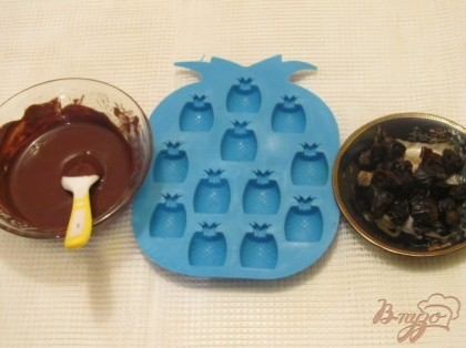 Взять силиконовую формочку для шоколада или льда. Чернослив тщательно промыть, нарезать небольшими кусочками.