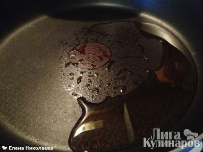 Сковороду хорошо разогреваем. Чем горячее сковорода, тем больше дырочек будет в наших блинчиках) Наливаем на нее растительное масло, разогреваем в течение 10 секунд и
