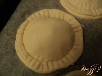 Накрыть сверху кружками теста, края слегка прижать и  вилкой нанести узор. Взять стакан диаметром меньшим, чем кружки теста и слегка надавить ( но не прорезать тесто).Поставить противень в холодильник на 15мин.