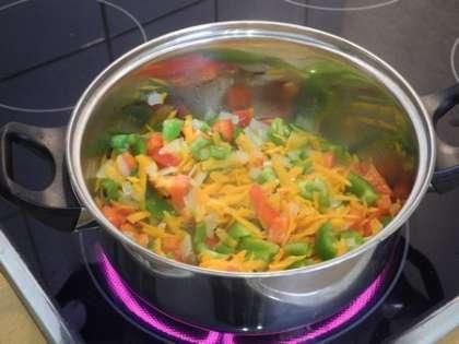 Перец и помидоры добавить в кастрюльку