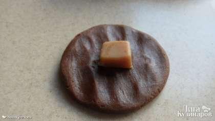 Готовое тесто делим на 15-16 частей.   Для печенья с начинкой делаем так: раскатываем каждую часть в лепешку  и кладем в середину половинку конфеты