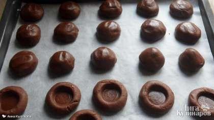 Выпекаем шоколадное печенье с карамелью в духовке при температуре 180 С в течение 15-20 минут.