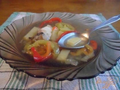 В бульон с картофелем добавить обжаренный лук с перцем. Довести до кипения и варить 10 минут на маленьком огне.Влить вино, посолить, поперчить. Положить рыбу. Готовить 5 минут.Разлить по тарелкам. При подаче посыпать зеленью (у меня закончилась)