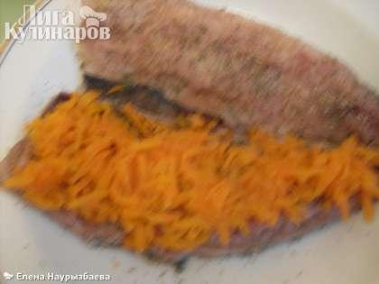 На одну половинку рыбы разложить морковь
