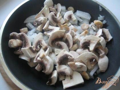 Режем лук и грибы, тушим до готовности на сливочном масле.