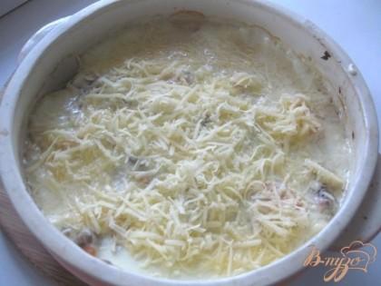 Через 10 минут после запекания достать жульен из духовки и посыпать тертым сыром. Поставить опять в духовку на 5 минут.  Можно посыпать сыром сразу перед запеканием, но тогда сыр станет коркой, я не люблю.