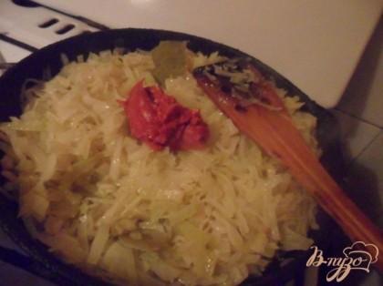 Добавить томатную пасту вместе с уксусом, сахаром, солью, лавровым листом перцем горошком в капусту. Тушить ещё 10 минут. Если надо, то досолить (я не досаливала).