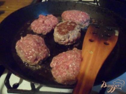В сковороде разогреть растительное масло. Сформовать котлеты и жарить их на растительном масле с двух сторон до готовности.