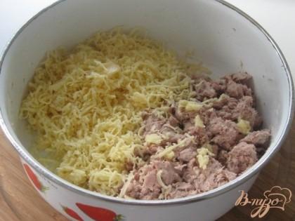 Отварное мясо индейки и чеснок измельчаем в мясорубке или блендере. Сыр трем на терке с небольшими отверстиями.