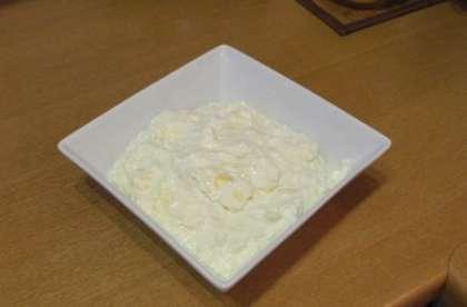 Приготовить начинку из творога, сыра и яйца, посолить