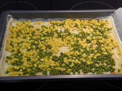 Выложить на тесто кукурузу и зеленый горошек