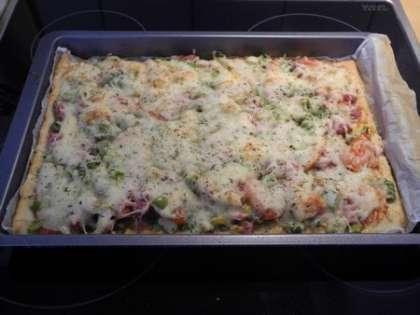 Готовую пиццу вынуть из духовки, дать ей остыть и разрезать на кусочки