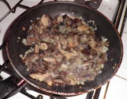 Обжарить порезанные грибы с луком
