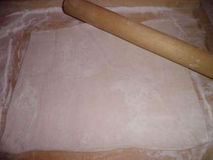 Слоеное тесто разморозщить и тонко раскатать