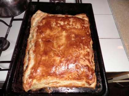Выпекать пирог в духовке до золотистого цвета. Готовый пирог разрезать и подавать в теплом виде
