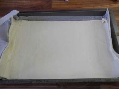 Тесто разделить на 2 части и раскатать.Взять один пласт теста и выложить на бумагу для выпекания