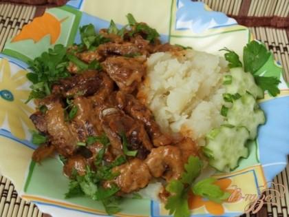 Подать с жареным или отварным картофелем, посыпав зеленью.Я подавала с картофельным пюре.Приятного аппетита!!!